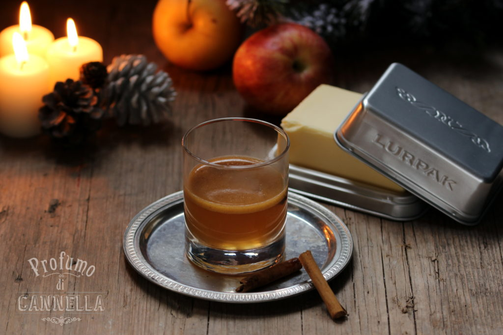 Rum caldo e speziato con frittelle di mele alla cannella