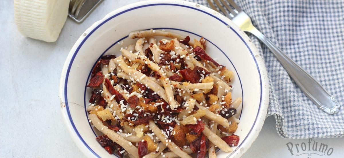 Fusilli lucani con peperoni cruschi, ricotta salata e mollica