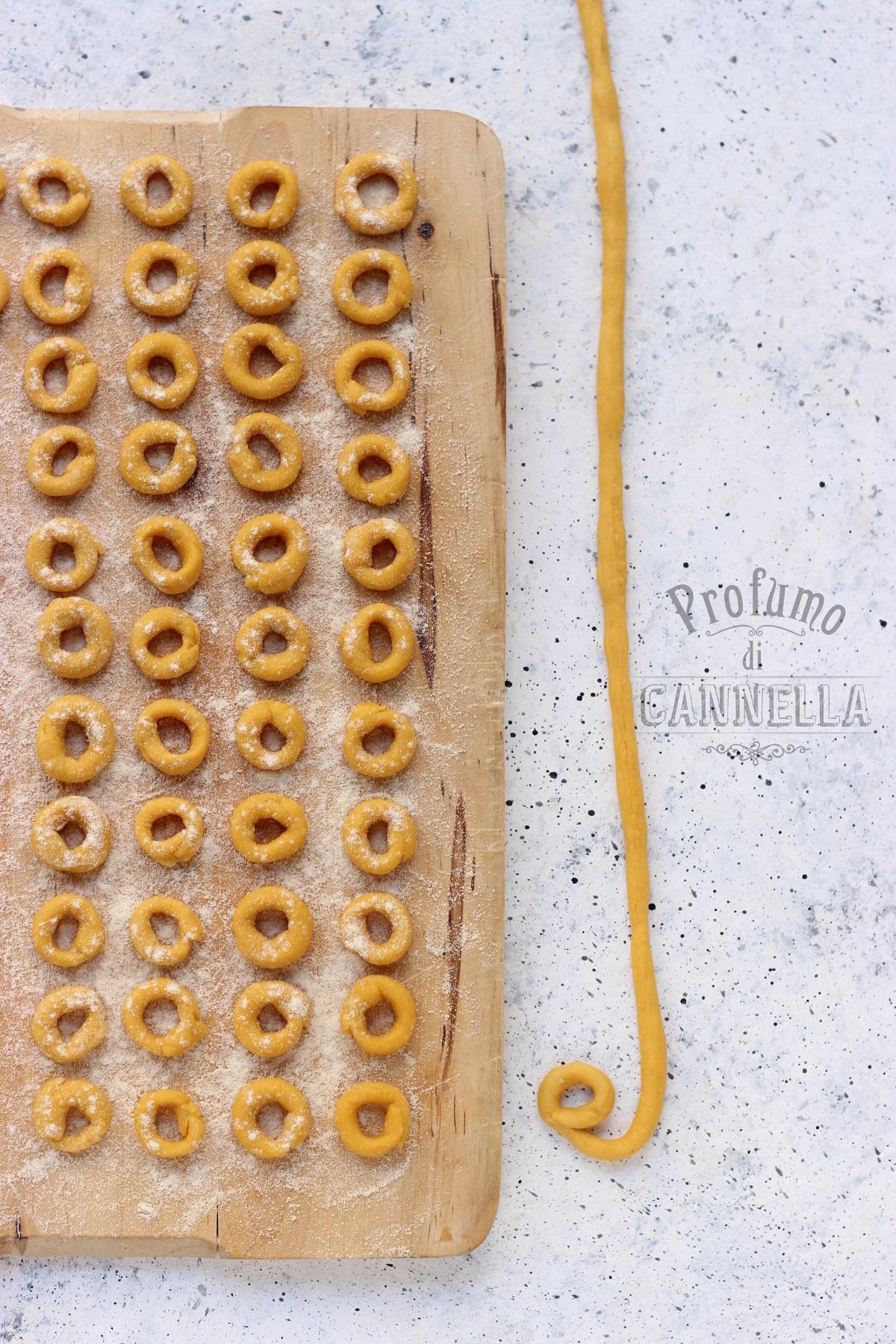 Pasta fatta in casa per anelli alla pecorara