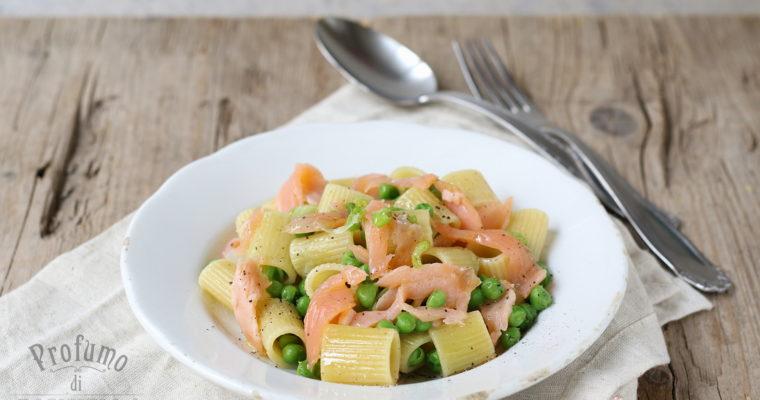 Pasta e piselli con salmone e cipollotti