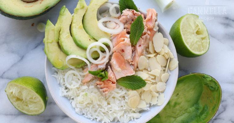 Buddha bowl – con riso basmati, avocado e salmone scottato
