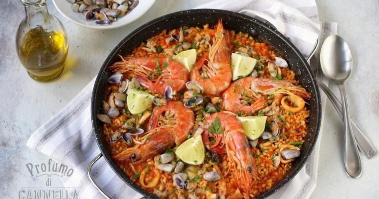 Paella di pesce – con telline, totani e gamberoni
