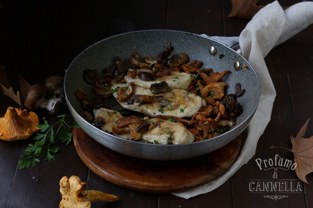 Scaloppine di pollo ai funghi misti: galletti, porcini e cremini