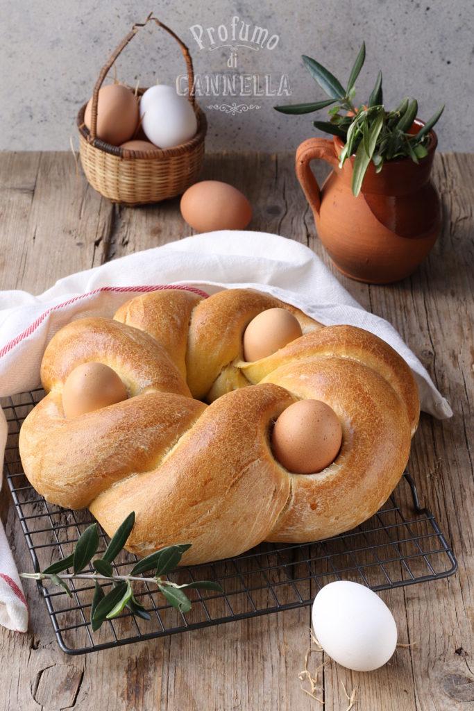 Pane intrecciato con uova