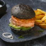 Panini neri – buns al nero di seppia con salmone e avocado
