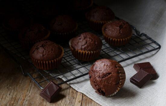 """Muffin al cioccolato – """"vestiti"""" da cupcake di compleanno"""