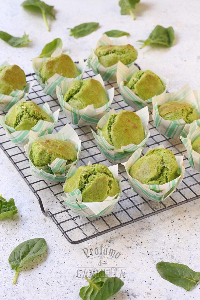 Raffreddare i muffin salati agli spinaci