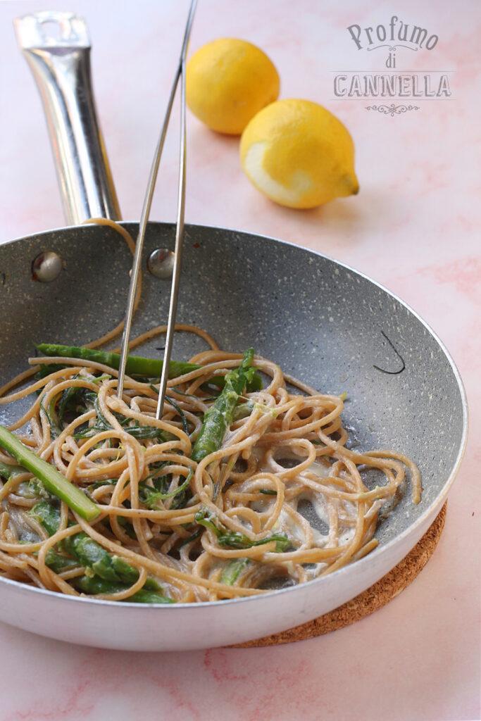 spaghetti agli agretti, asparagi, limone e ricotta in padella