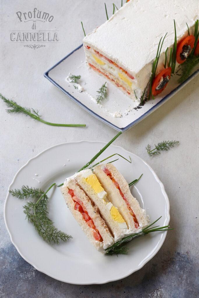 Sandwich con uova, tonno, pomodoro e maionese fatta in casa